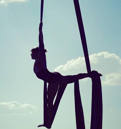 ¡Anímate a probar las acrobacias con el aro y las telas!